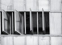Thorsten Lasrich - Fensterfront mit offenen Fenstern