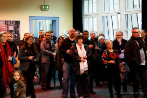 Publikum im Eingangsbereich